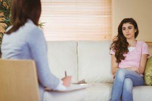 Psychologue avec une adolescente dans son cabinet